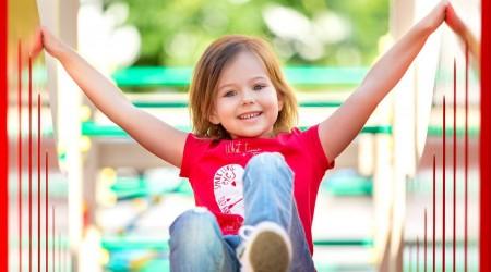 Foto eines Kindes auf dem Kinderspielplatz