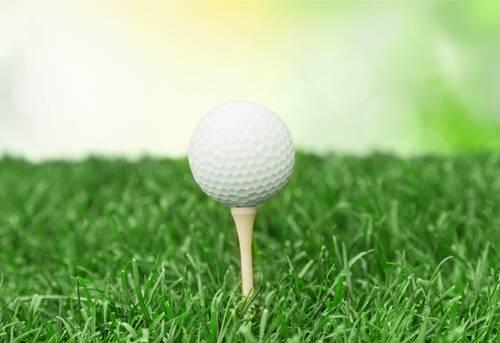 Bild Ball auf dem Rasen aufgesteckt auf einem Tee