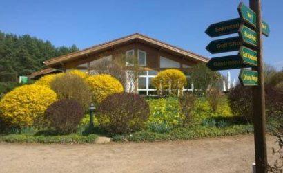 Bild Clubhaus mit Blumen