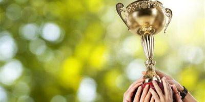 Bild Hände halten den Cup hoch
